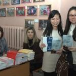 Китайские участники конференции с книгой В.АКарнюшин